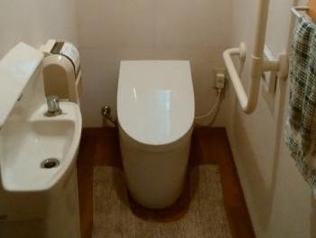 フチなし形状でお掃除がしやすく、便器は汚れがつきにくいセフィオンテクト加工です。 また、節水・節電もできるエコなトイレです。