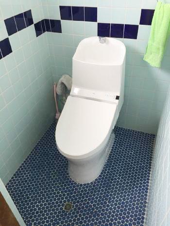 新しいトイレが設置されました。「GG1-800」は汚れがつきにくくフチなし形状でお手入れしやすく、オート便器洗浄機能もついていてとても便利です。