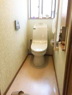 13年使用されたトイレです。タンク部の水漏れにより今回はクッションフロアの張り替えも同時に行います。