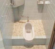 施工前のトイレです。和式トイレで利用が困難になってきたとお困りでした。