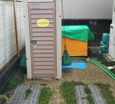 リフォームに伴いトイレが使用できなくなるため仮設トイレを設置します。
