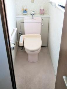 20年近く経過したトイレです。 老朽化が進んでいるため、故障する前に取り替えることになりました。