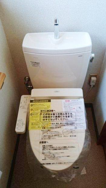 新しいトイレが設置されました。TOTO製ピュアレストはすっきりしたデザインでお手入れがしやすく、節水効果の高いトイレです。
