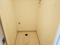 トイレを撤去しました。クロスやクッションフロアも剥がしていきます。