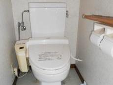 今までお使いになられていたトイレです。こちらを最新の節水トイレに取り替えます。