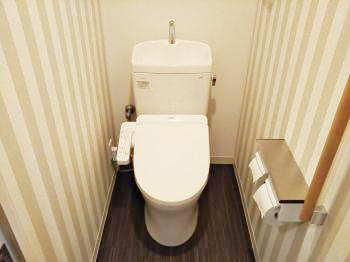 施工後のトイレです。モデルルームのようなトイレになりました。施工前に比べてクロスや床の色の組み合わせで雰囲気が変わりましたね。