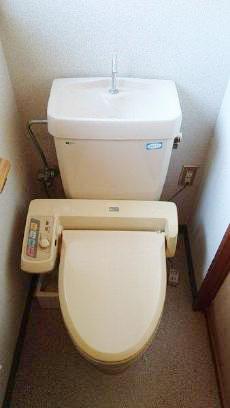 今までご使用されていたトイレです。微量の水漏れが確認できたため、取り替えていきます。