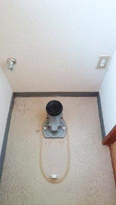 今回設置するトイレと排水芯の位置が違うため、部材を使って位置を変更します。