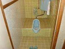 施工前のトイレです。床がタイルのため、冬は体が冷えてしまいます。