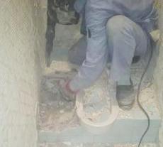 トイレの解体作業から始めます。