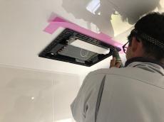 ユニットバスの天井に浴室暖房乾燥機を設置します。