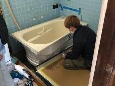 架台を設置したら、次に床を組んで浴槽を設置します。