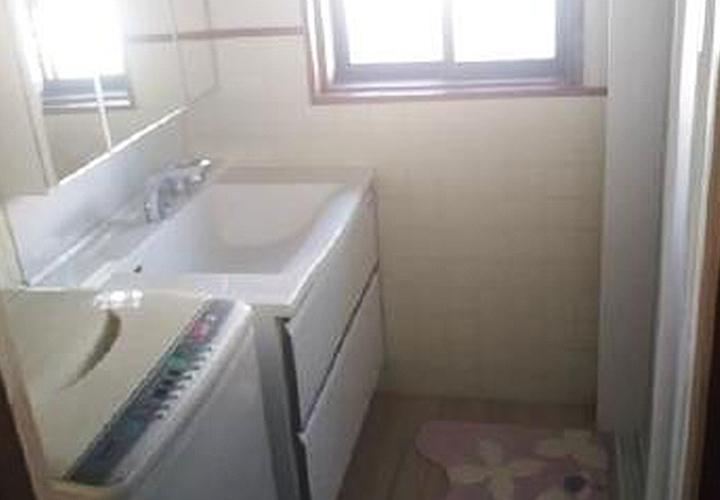 洗面化粧台の幅を広くし、収納を確保しました。 同時に、洗面所の床・壁・天井の張り替え工事も行いました。