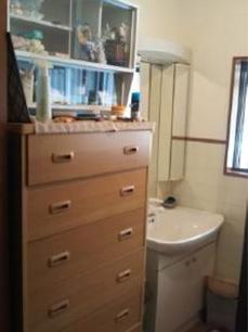 収納が少なく、横には収納棚を別で置いて収納スペースを確保していました。