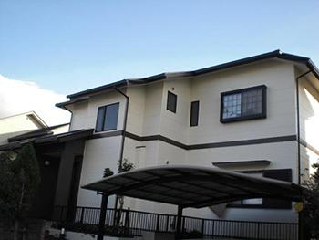 ついに完成しました!以前より明るく、おしゃれなお家になりました。 白を基調とした外壁に、ポイントで使われている黒が良いアクセントになっています。