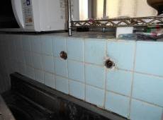 既設の水栓を取り外しました。 同位置に新しい水栓を設置します。