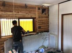 大工さんも解体後が腕の見せ所です。 寸法を確認しながら新しいキッチン設置に向け、施工します。