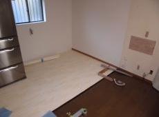 床の下地貼りを行いました。この上にクッションフロアを貼ります。
