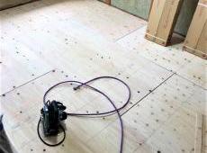 こちらは2階和室になります。 畳を撤去した後、下地を補強し、この上にフローリングを張ります。