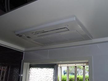 新しいユニットバスへ当社の得意分野、浴室暖房乾燥機を設置しました。暖めて、冷やして、乾かして、空気の入れ替えまでしてくれる優れものです。