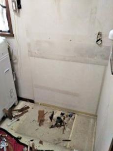 その次に下台を撤去します。 今回、給水・給湯管が傷んでいたため一緒に取り替えさせていただきました。