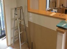 キッチンを撤去したら、新しいキッチンパネルを貼ります。 キッチンの足元に床暖房のマットを敷きます。