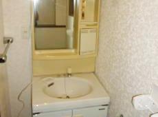 洗面化粧台はだいぶ古くなっていました。 左側の空間がもったいないので75cm幅のものに取り替えます。