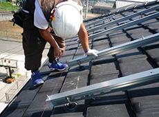 太陽光パネルを載せるフレームを取り付けます。水糸を張って水平を確認します。