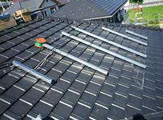 1枚の太陽光パネルに対し、フレームを2本取り付けます。