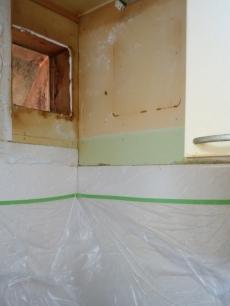 コンロなどのキッチンまわりが汚れたり、傷ついたりしないようしっかりと養生してから古い換気扇を撤去します。