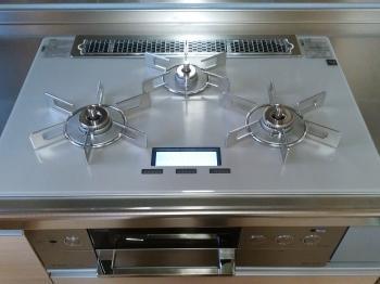 コンロはリンナイ製の「DELICIA 100V電源タイプ」です。液晶で使用・設定状況が確認でき、音声案内機能も搭載されているのでとても便利です。