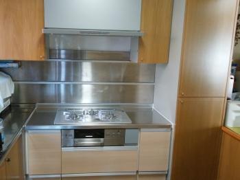 以前はコンロ下部はオーブンでしたが、使用されていないとのことでしたので、キャビネットに取り替えました。 収納が増えたのでコンロまわりがすっきりとしました。