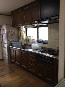 施工前のキッチンです。 開き戸のため、収納しづらくお困りでした。