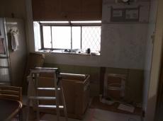 解体後、下地を調整します。 新しいキッチンを設置する前に配管の老朽や水漏れ、不具合がないかをしっかりと点検します。
