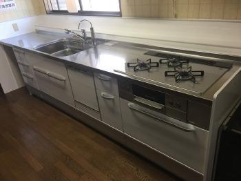 新しいキッチンに生まれ変わりました。 クリナップ製の「クリンレディ」です。大容量の引き出し収納は出し入れがしやすく、食洗機も付いているので、とても便利になります。