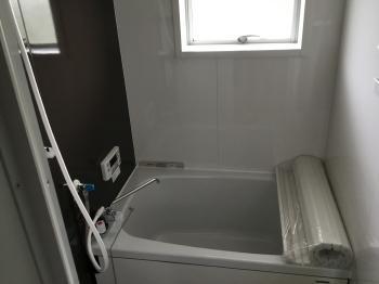 タカラスタンダード製の「広ろ美ろ浴室」です。 浴室内の風呂釜を壁埋め込み型給湯器に取り替え、スペースを最大限に活用したユニットバスで浴槽が広くなりました!
