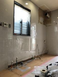 キッチンの解体です。 新しいキッチンに取り替える前に、配管なども移設します。