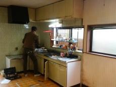 長年お使いいただいたキッチンを解体していきます。