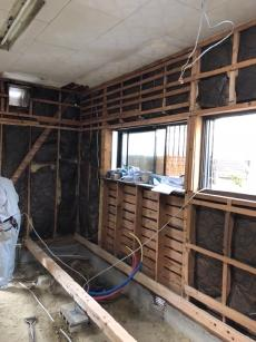 キッチンを解体し、壁や床も撤去しました。