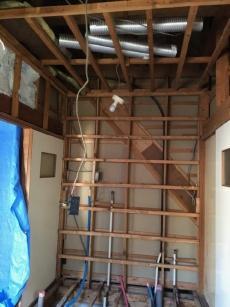 洗面所の壁や天井も解体し、新しく断熱材を入れます。