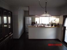 吊り戸棚で圧迫感があり、全体的に狭い印象のキッチンでした。