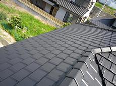 寄棟屋根です。東面と南面、さらに西面と3面に設置します。
