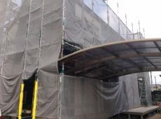シートで隠れてしまっていますが、塗装の前に高圧洗浄をして外壁の汚れを落とします。