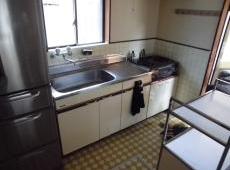 施工前のキッチンです。今回はI型キッチンから対面型キッチンにリフォームします。