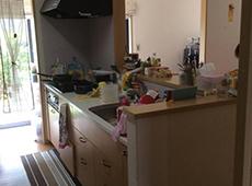 施工前のキッチンです。レンジフードやコンロのお掃除が大変とお悩みでした。