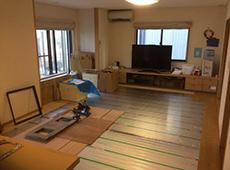 リビングにも床暖房のマットを敷いていきます。 この機会にお部屋全体のクロスの張り替えもしました。