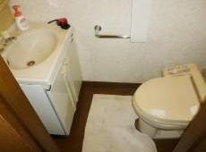 トイレの向かいに手洗い兼洗面が設置されています。 目の前に洗面があり窮屈そうです。