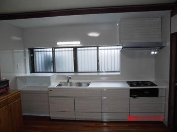吊戸棚がなくなりすっきりとしたキッチンに生まれ変わりました。 タカラスタンダード製の「エマージュ」は、ホーロータイプのためお手入れがしやすく、引き出しの奥や裏まで最大限に使いやすい設計のキャビネットでたっぷりと収納することができます。
