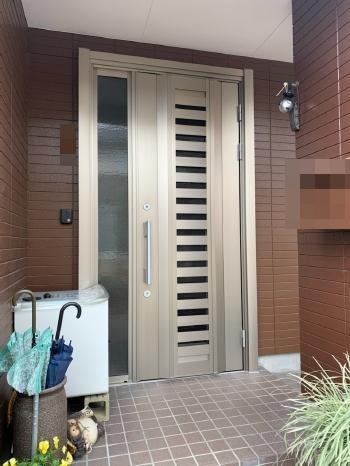 玄関ドアも完成です。 ドアが替わるだけで玄関の雰囲気が大きく変わります。