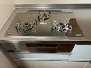 コンロはガラストップの最新式ノーリツ製の「プログレ」です。お手入れしやすく自動調理機能付きです。